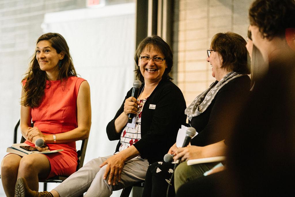 Kathy Loon et Sheila Watt-Cloutier partagent un moment de complicité en tant que deux enseignantes passionnées issues de cultures de chasse pendant que Hayley Lapalme, Kelly Gordon et Shelly Crack regardent leurs aînées (et rigolent!).