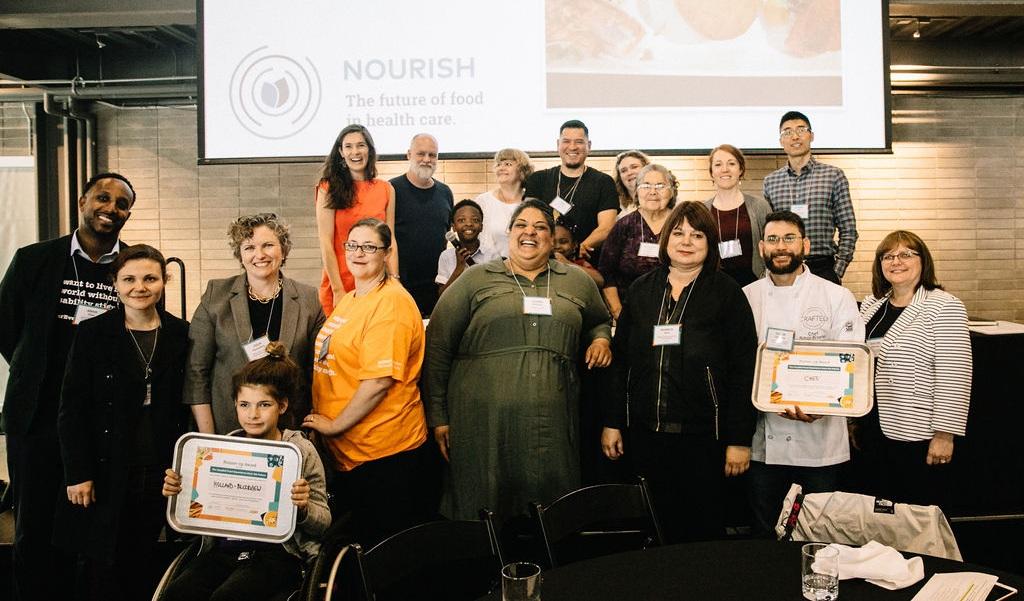 Les équipes et les membres du jury du dîner  Hospital Food Experience from the Future  sont réunis pour célébrer.