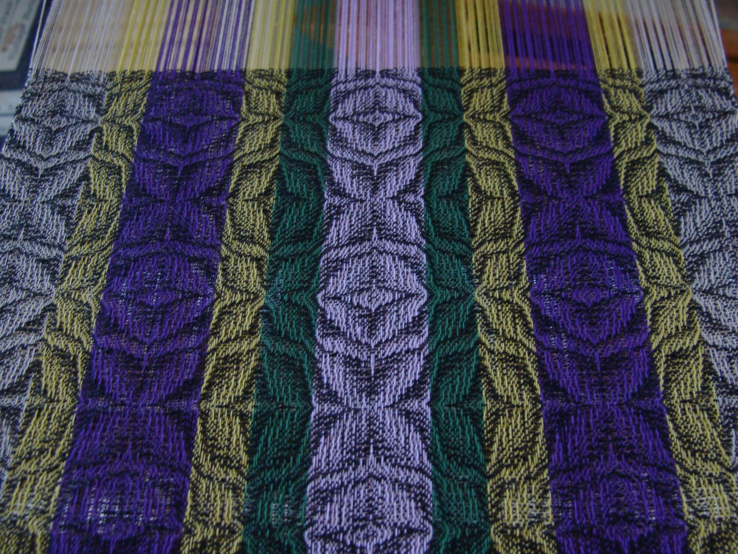 twill flowers scarf on loom weaving in progress