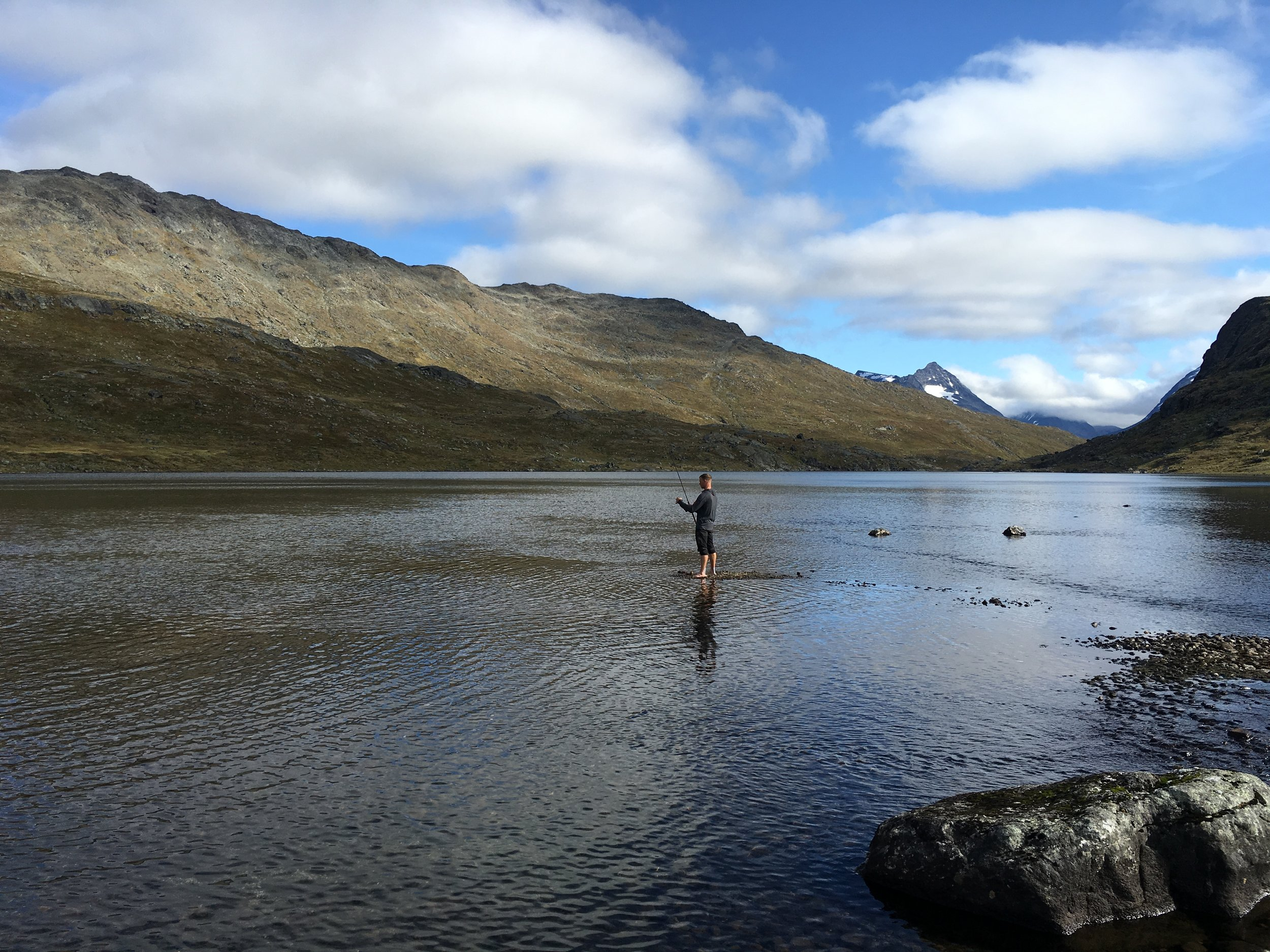 Jesper fisker i  Hellertjønne . På det tidspunkt var vandet meget koldt, men luften var dejlig lun.
