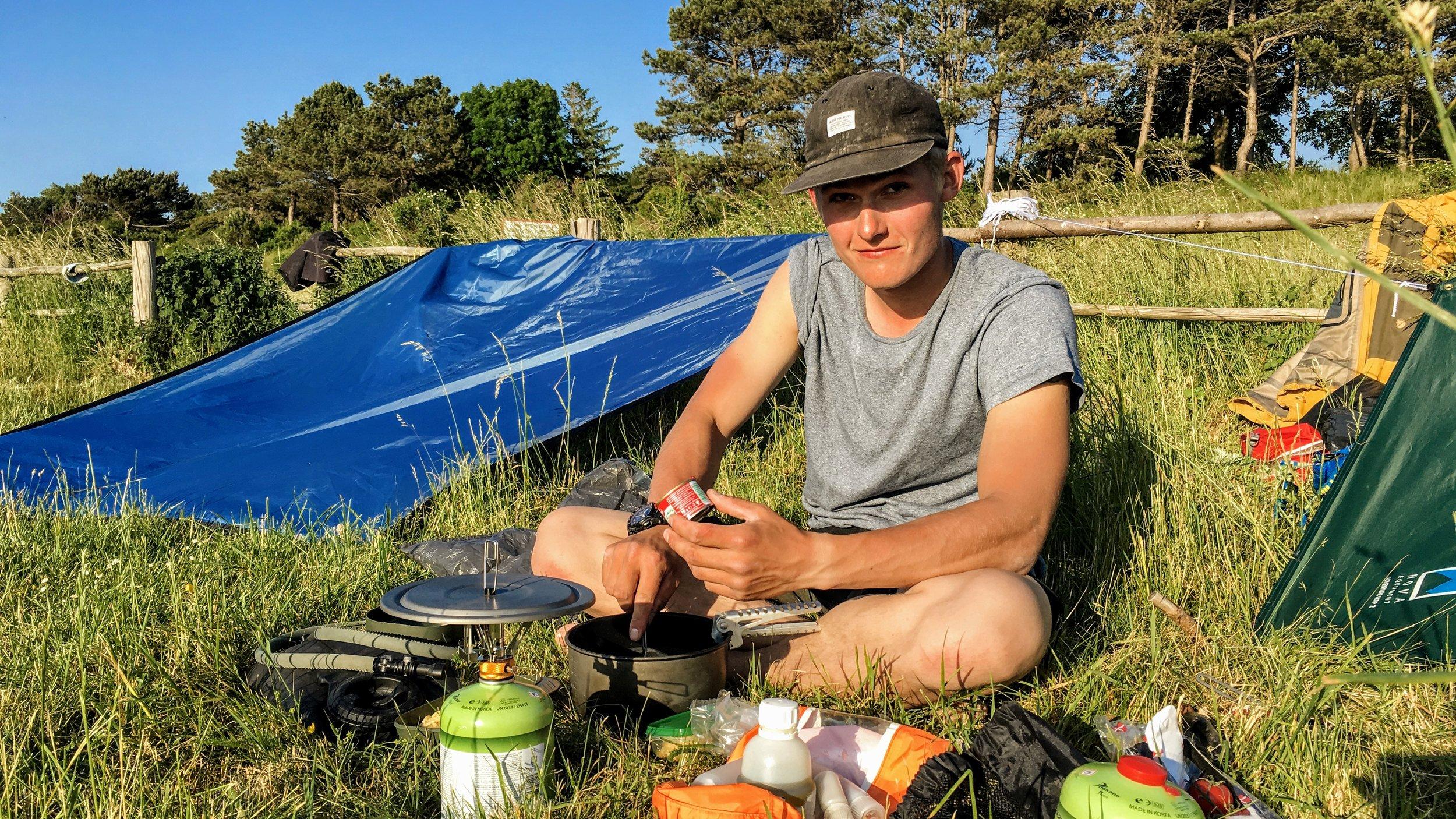 Noah laver mad i aftensolen