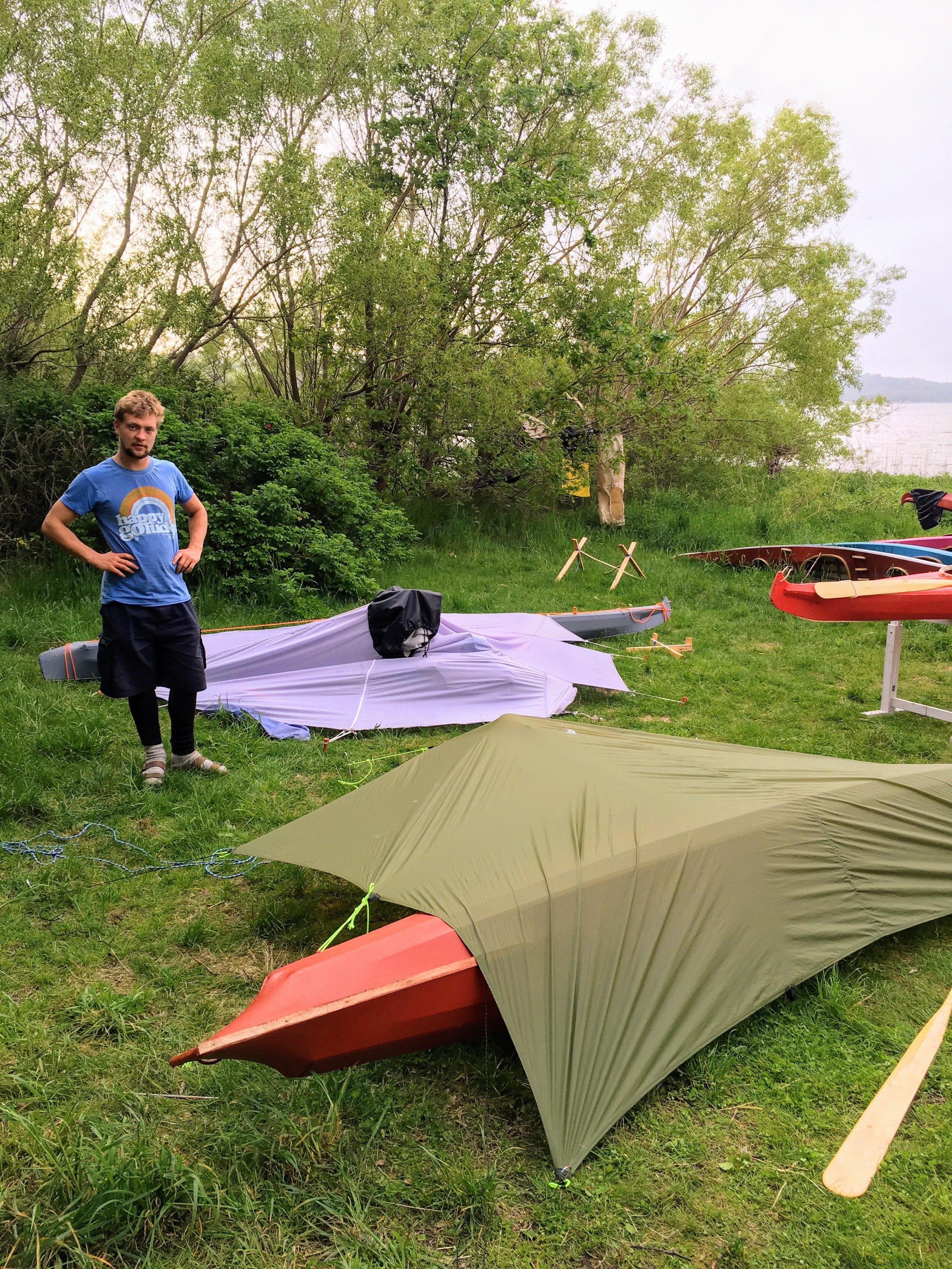 Kalle og jeg gennemgår tarp-over-kajak-designs