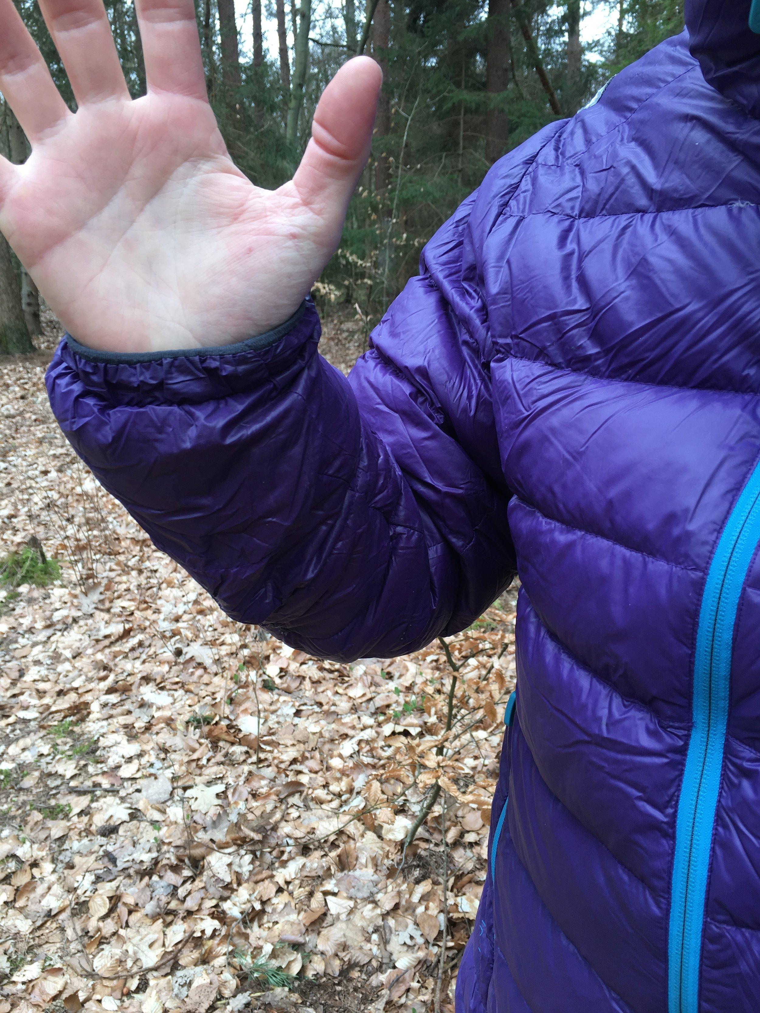 Ved håndledet er der elastik og blødt fleece.
