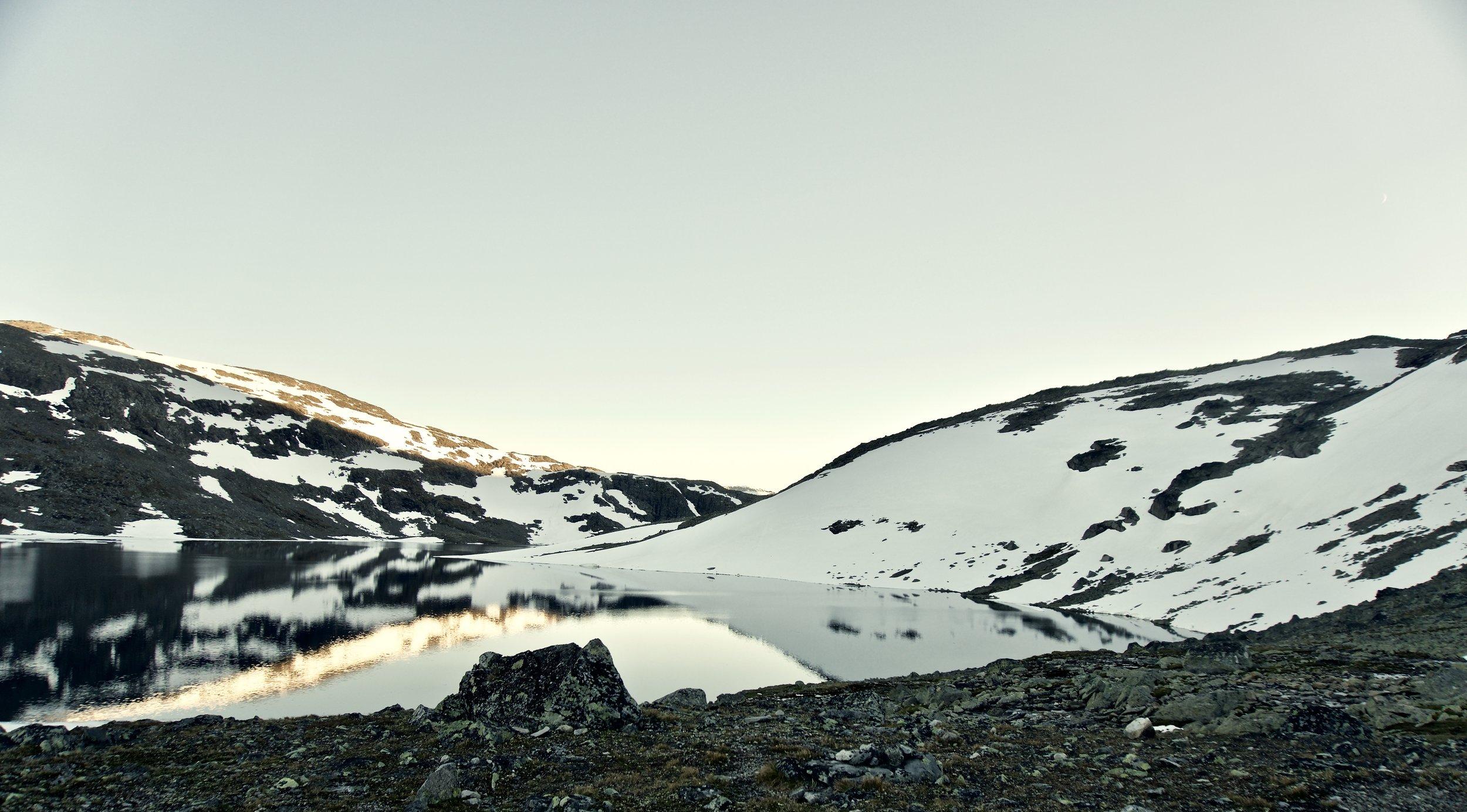 Aftensol ved ved lejrpladsen ved  Hinnotjønne . Ude til højre kan man se den snefyldte passage vi tog over dagen efter.