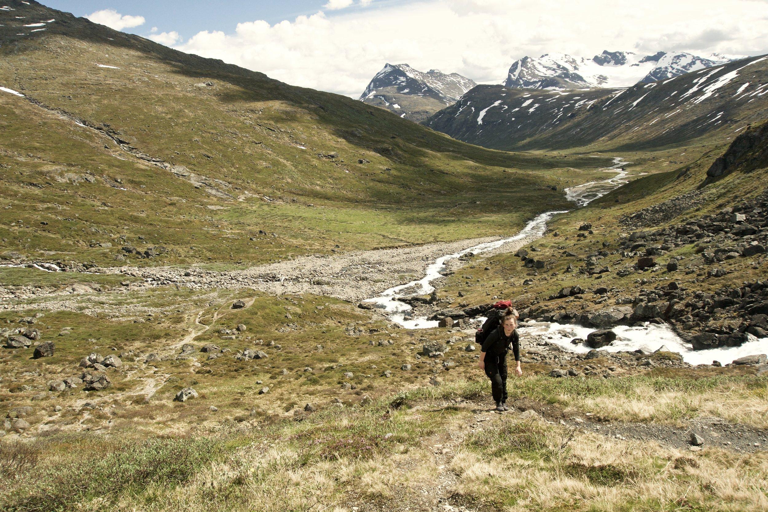 Op mod  Hellertjønne . Elven i baggrunden er  Storåe  der går helt ned til  Gjende