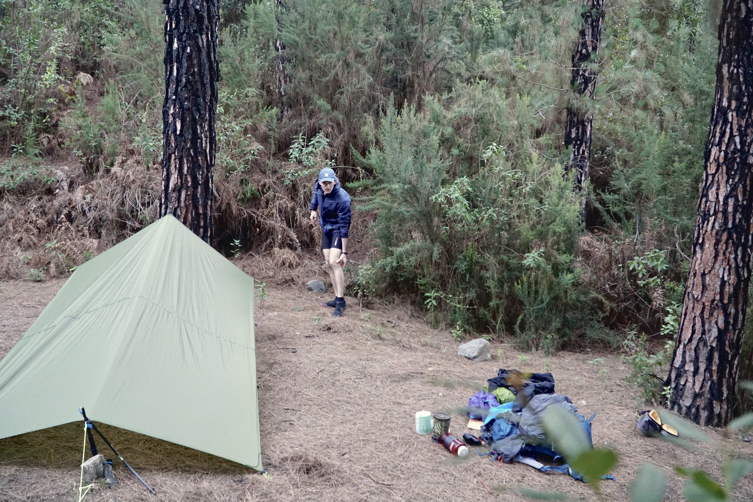 Lejrpladsen imens jeg sætter tarp op