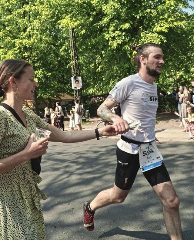 Første marathon overstået - hold nu kæft en vild oplevelse. Masser af sol, kæmpe god stemning langs hele ruten og en røvfuld seje frivillige til at holde styr på vand, trafik og mad! Den største tak går dog til min (tømmermændsramte) personlige coach/energibærer: @lisch1990 - hold kæft hvor har hjælpen både op til løbet, men især under løbet, været helt igennem uundværlig ♥⠀ -⠀ Og al den gode karma under løbet, godt hjulpet på vej af @louiseschmidt1, er helt sikkert det der fik mig igennem!⠀ -⠀ Jeg ramte ikke helt målet med at komme under 3 timer, og undskyldningerne står i kø for at forklare hvorfor. Jeg ramte dog præcis 03:09:00, og hold nu kæft hvor er jeg tilfreds!!⠀ -⠀ Tak for nu @cphmarathon - måske vi ses en anden god gang?⠀ -⠀ #redbullathletechallenge #cphmarathon #merrell