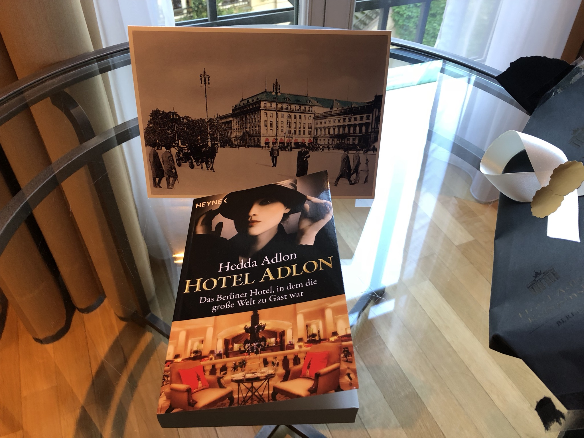 A nice gesture due to my LHW membership: book about the hotel's history told by a descendant of Lorenz Adlon and a nice old postcard