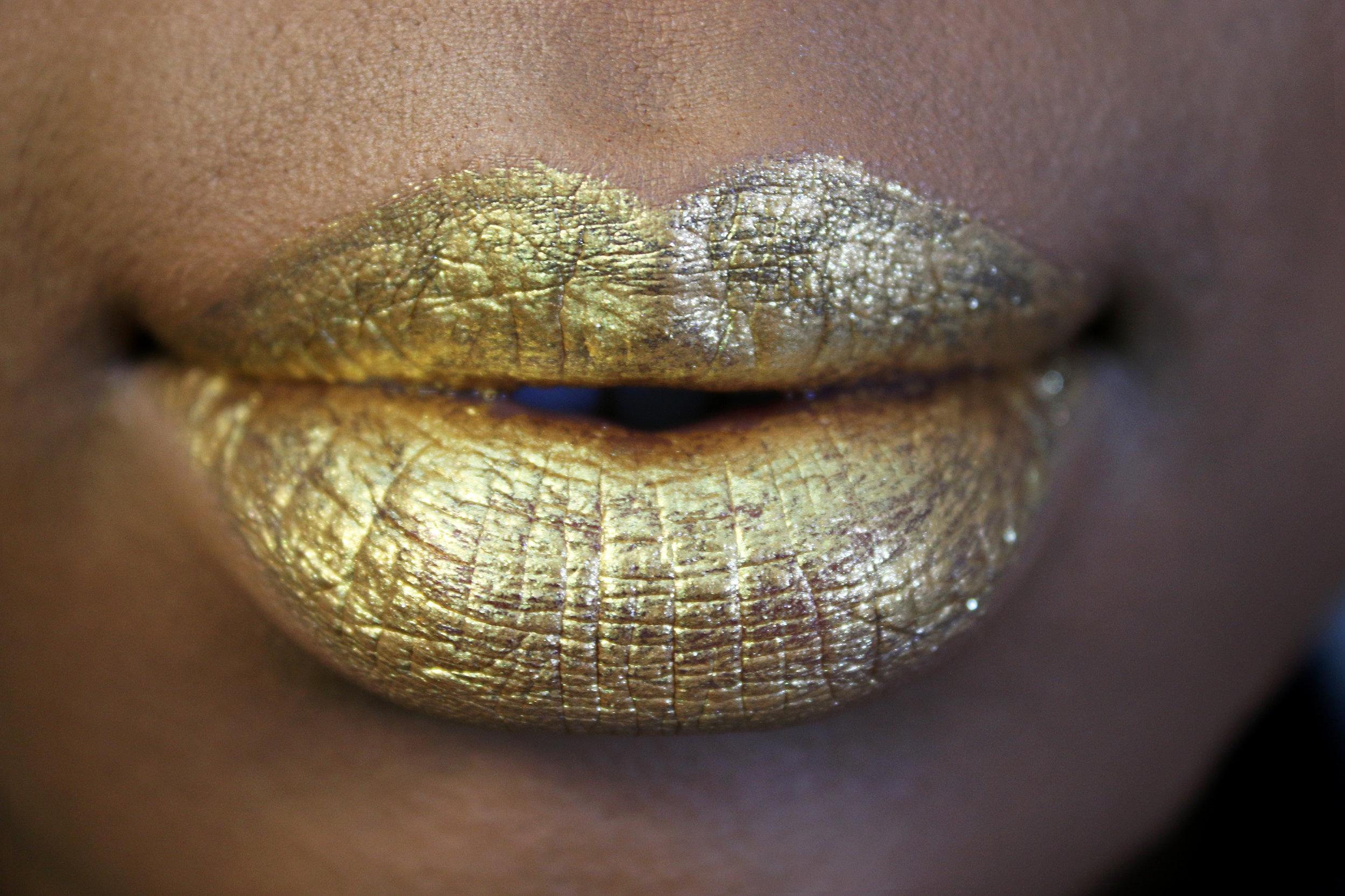 Everlasting Glimmer Veil Liquid Lipstick in Gold Skool