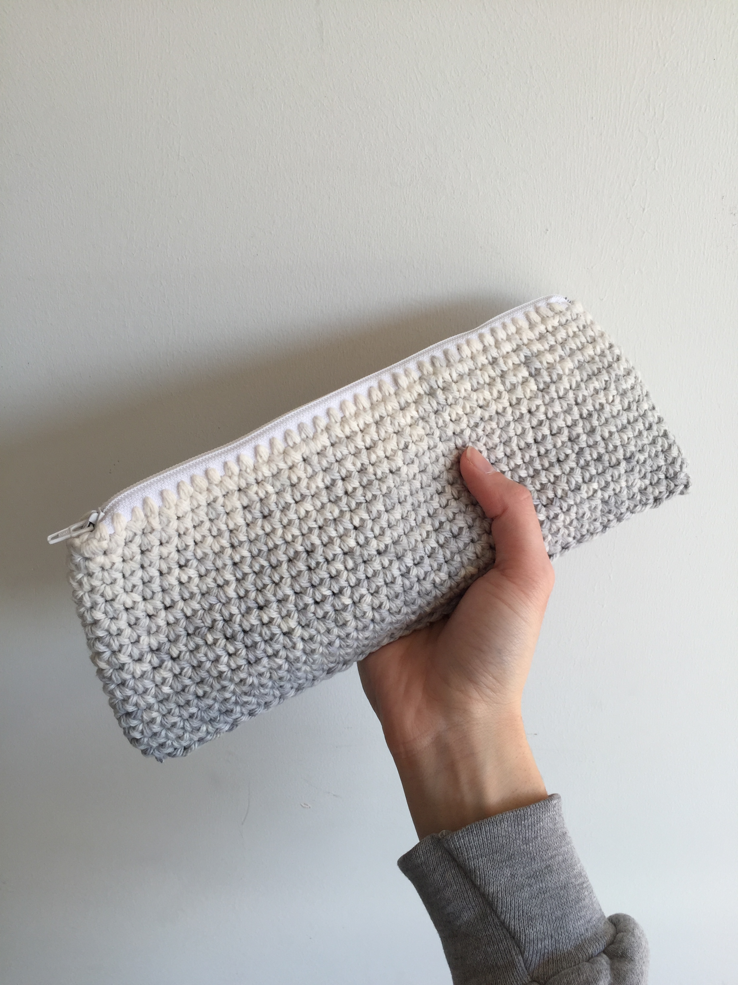How to crochet a zippered pouch
