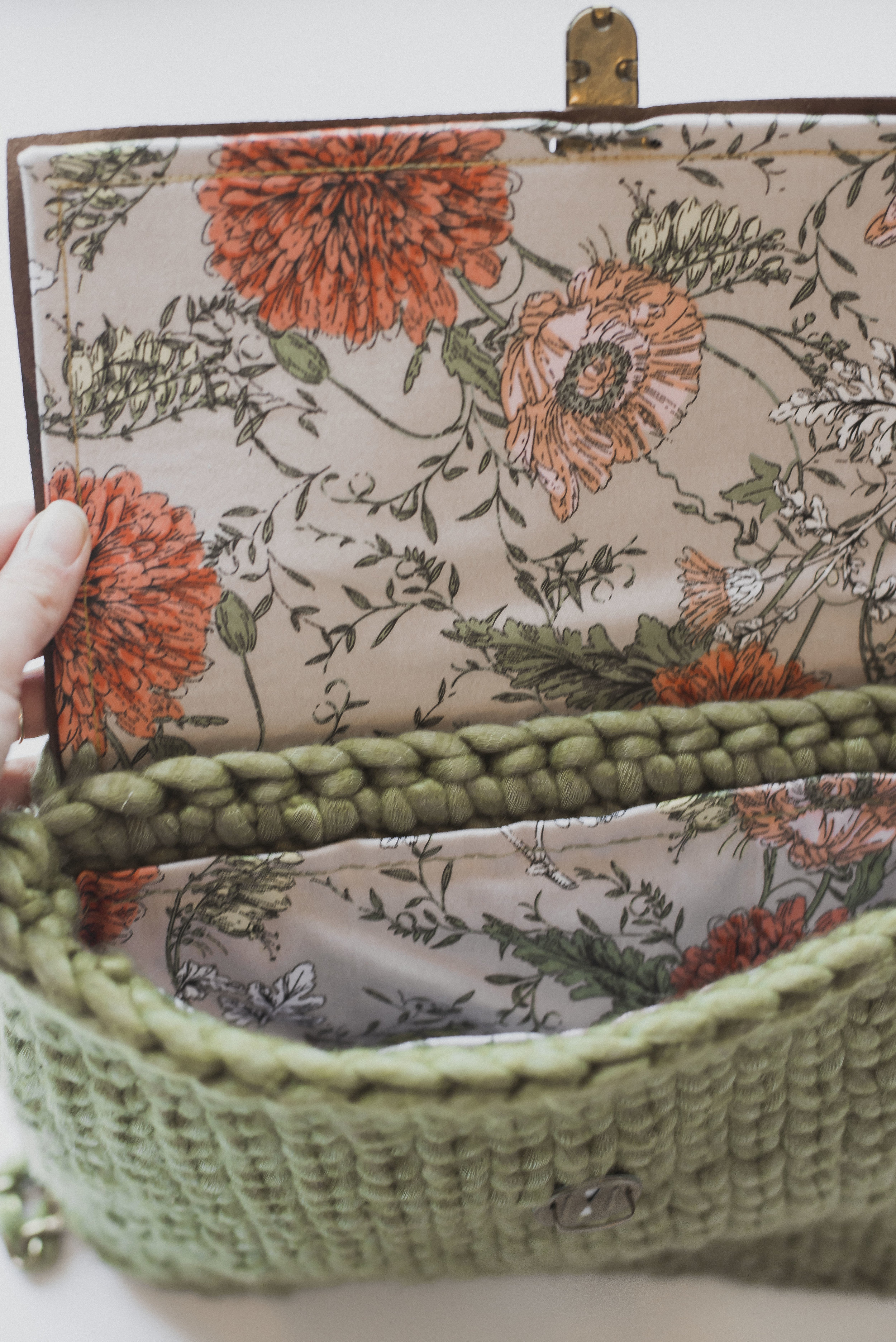 Don'tcha love the lovely vintage floral fabric lining? Found my fabric at Joanns, and I love how it pairs with the olive colored yarn.
