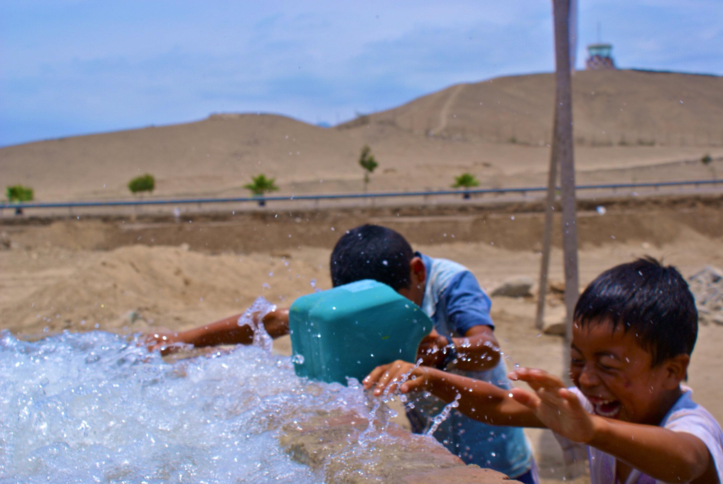 Playing_with_water_Peru.JPG