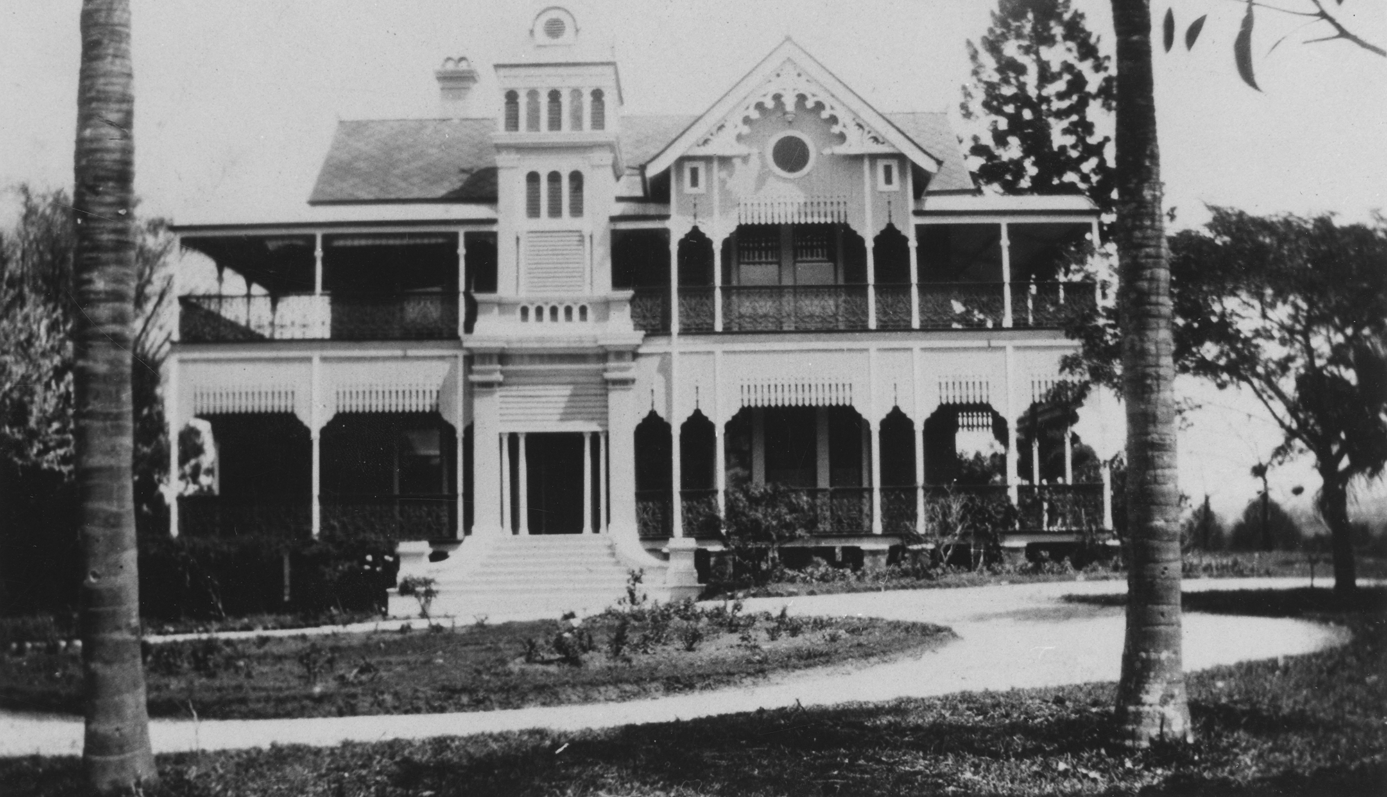 Front view of the beautiful Hayslope, a residence in Tennyson, Brisbane, 1932, photo courtesy of the John Oxley Library, negative number 47509