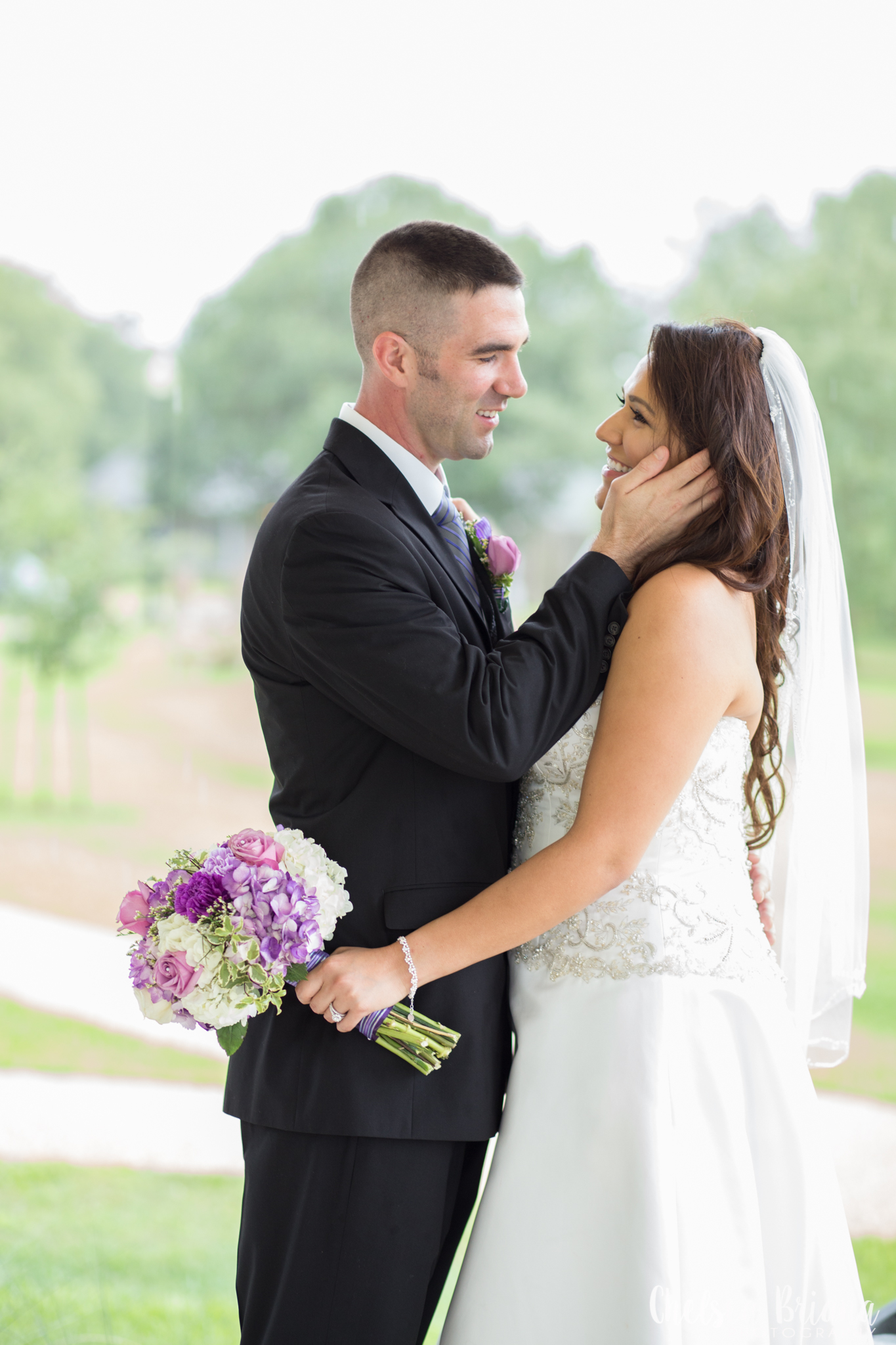 bride-and-groom-hands-on-face-pose
