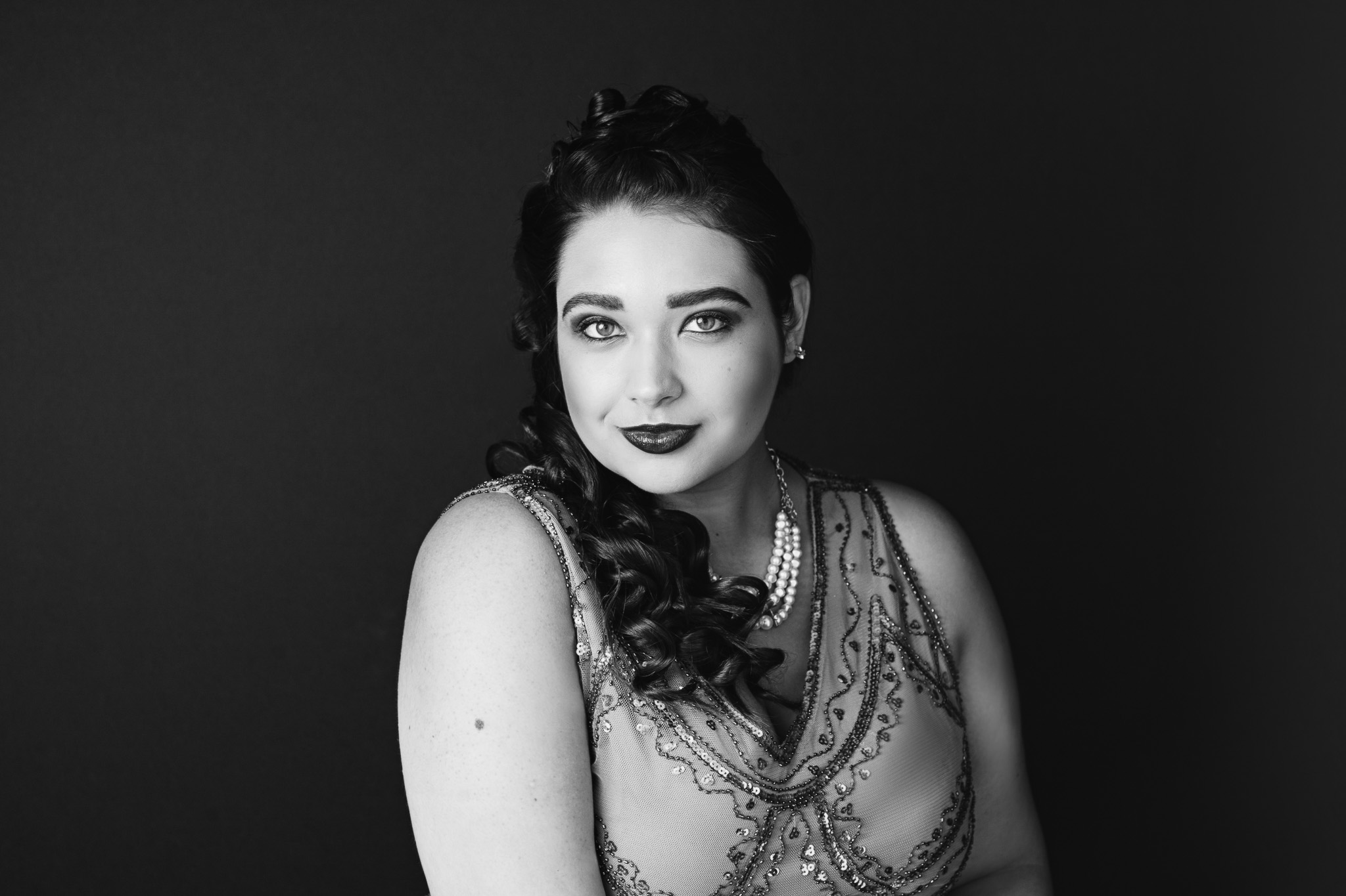 black and white portrait of beautiful woman in 1920s dress makeup and hairstyling new braunfels portrait studio