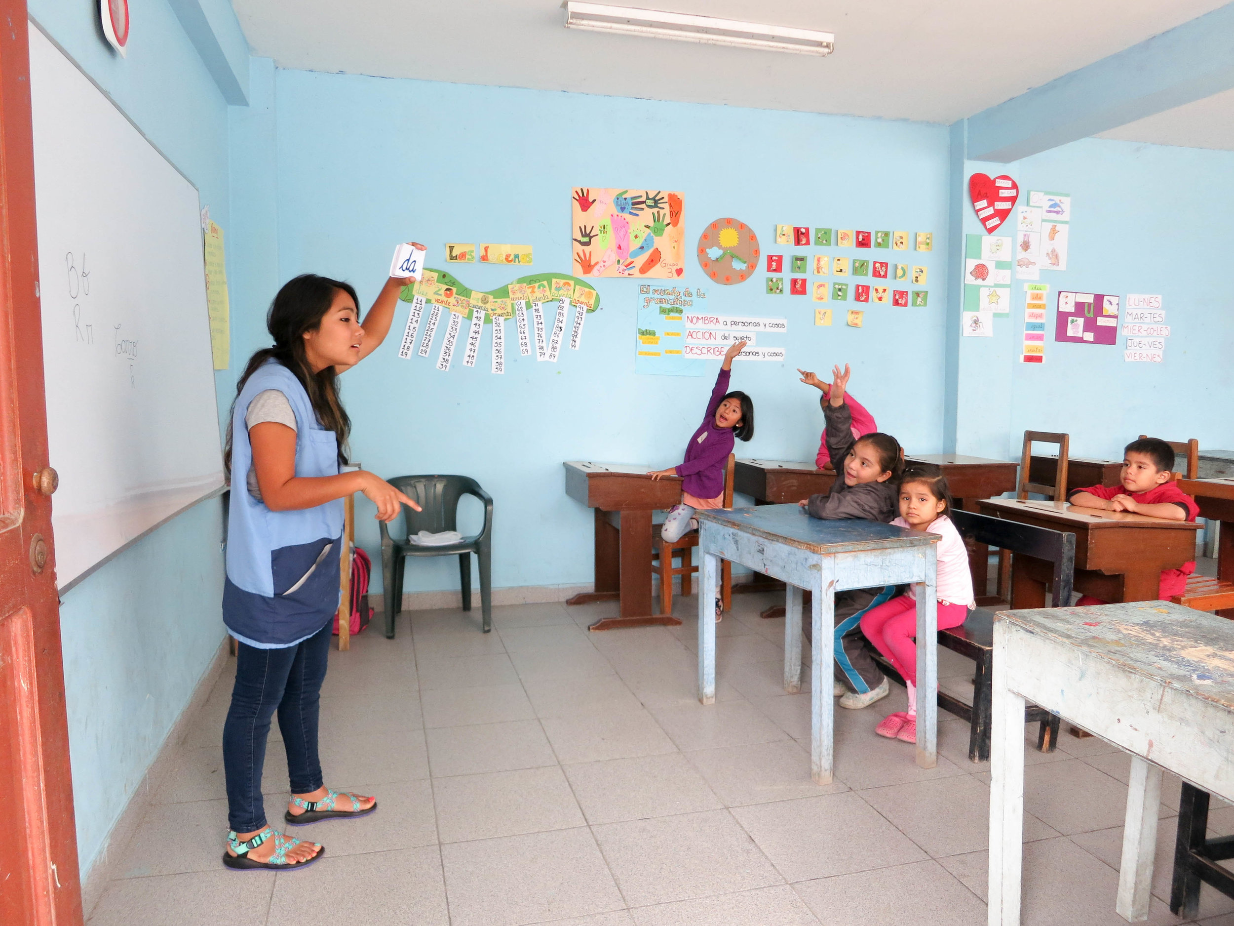 Classroom teaching English in Peru - SKIP