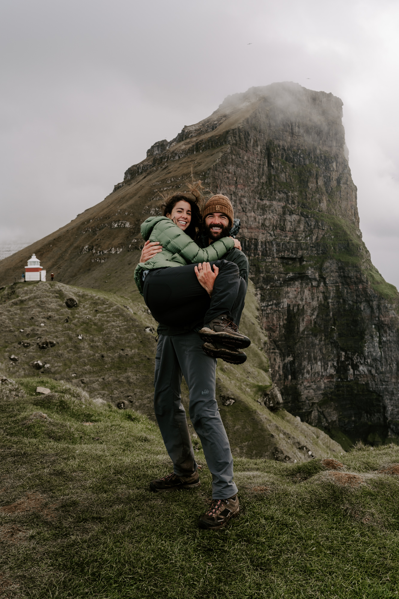 Hawaii-photographer-couple-traveling-in-mountains.jpg