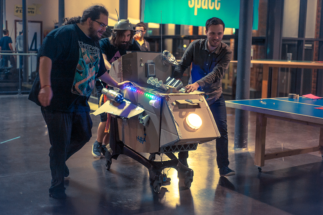 People playings Starpiercer, made in november 2016 during Zoo Machines Festival 2016 (48h Game Jam). Powered by Unity 5. Photo captured by La File d'à Côté