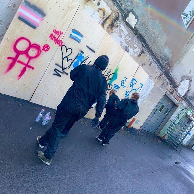 𝘚𝘵𝘳𝘦𝘦𝘵 𝘢𝘳𝘵 𝘸𝘰𝘳𝘬𝘴𝘩𝘰𝘱 🖍️🖍️🖍️ #podiumkultur #sommarcamp #kollo #streetart #åmålkommun