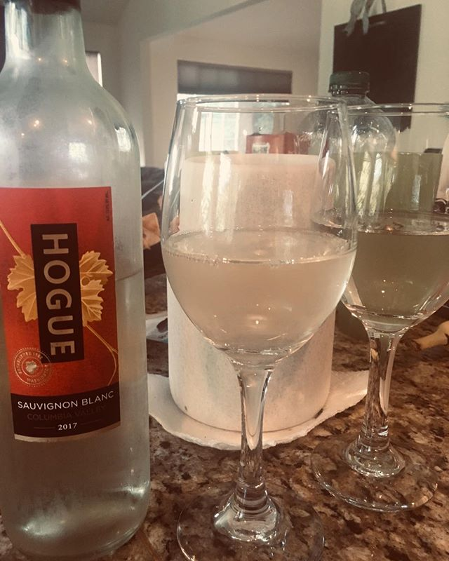 Time for some Sauvignon Blanc! . . . #relax #sauvignonblanc #whitewine #timetobingewatch #dranks #homewithhubs #bosslife #enjoy #washingtonwines #columbiavalley #hogue