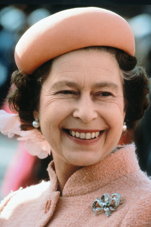 The Queen in a bow brooch (!) in January 1979.