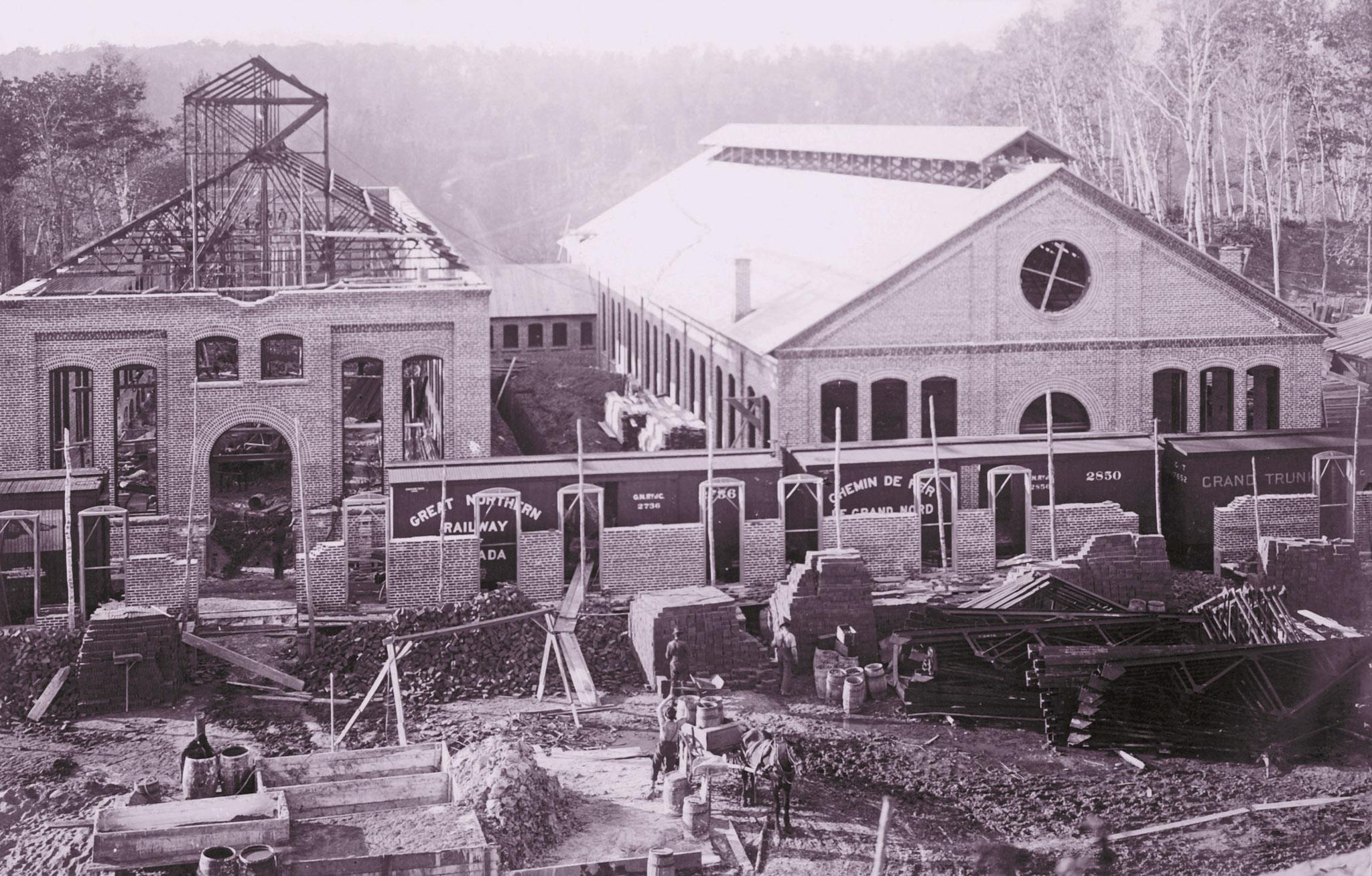 Construction des bâtiments 7 et 9 au à l'été 1900.