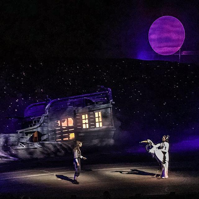 C'est ce soir que débutent les spectacles! Dès le coucher du soleil, plongez dans l'univers de Nezha, l'enfant pirate, héritière des Drapeaux Rouges. #shawi #citedelenergie #shawinigan #cirqueeloize