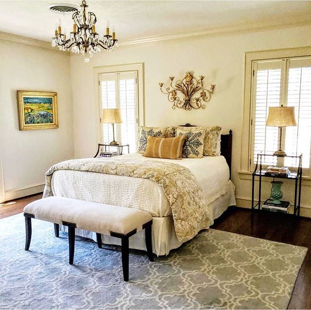 Happy Saturday! This room is the perfect combination of sophistication and style.  What a treat it was to work in this beautiful home! 😍😍 . . . . . #sophisticatedstyle #universitypark #ftworthhomestaging #homestaging #roomrefresh #interiorstylist