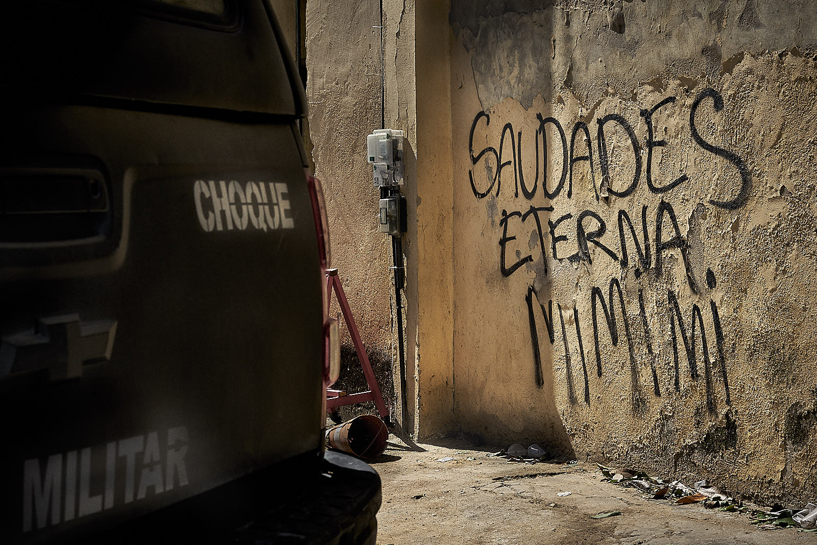 A police truck belonging to the Choque battalion is parked next to graffiti mourning the loss of one of the alleged traffickers killed in an operation in Fallet. (Photo C.H. Gardiner)