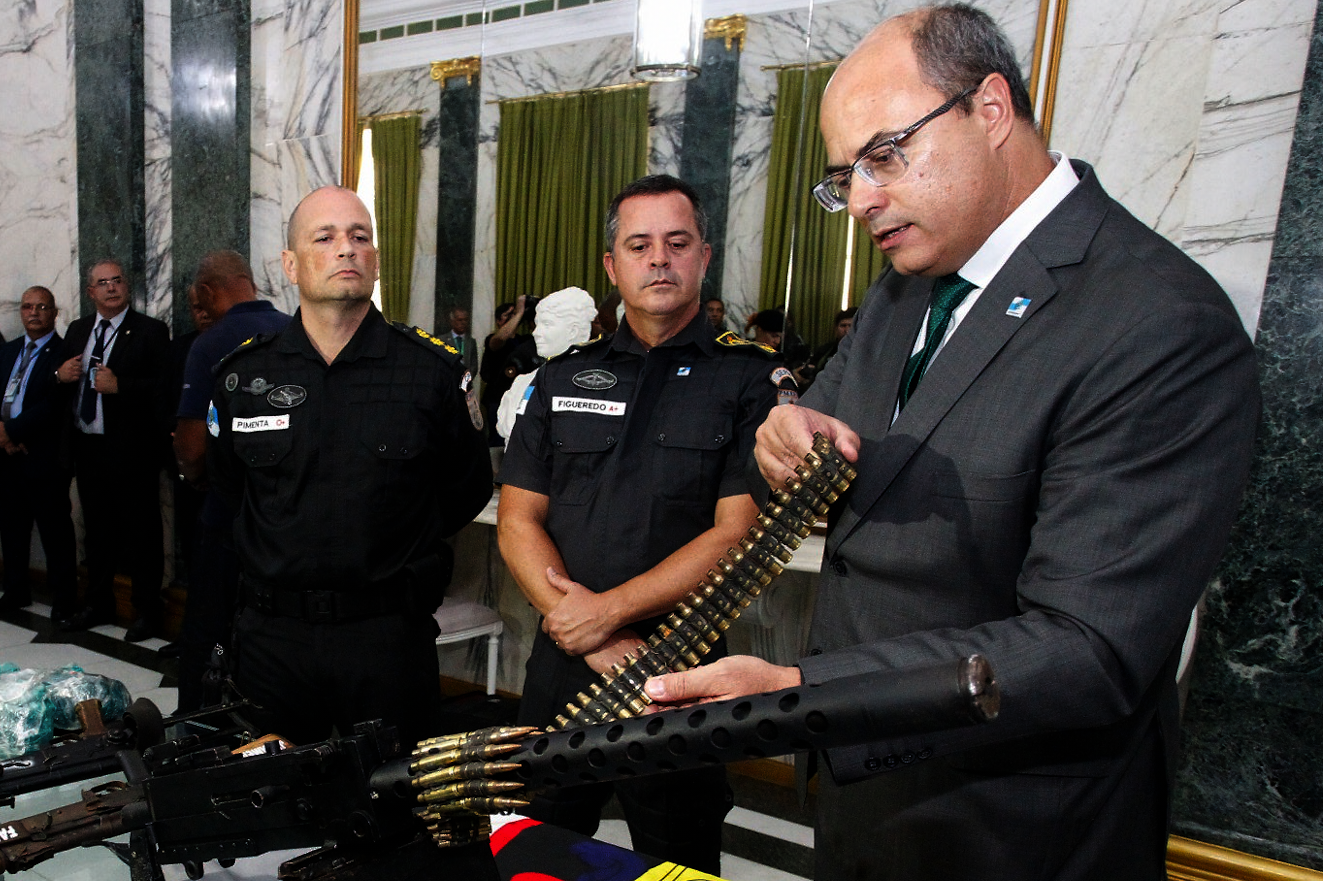 Governor Wilson Witzel inspects illegal arms seized by police during an operation in Rio de Janeiro. (Photo: Rio Governor's Office.)