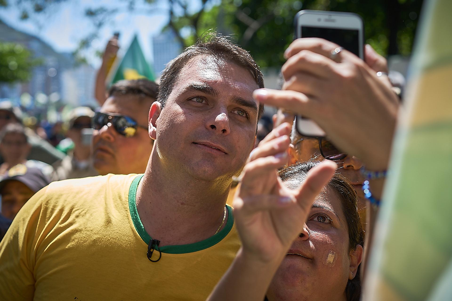 Flávio Bolsonaro takes a photo with a supporter (Photo: C.H. Gardiner)