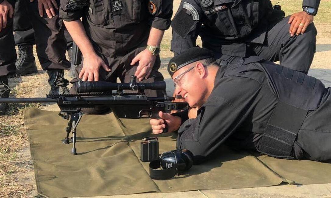 Governor Witzel takes aim with a sniper rifle well wearing the uniform of Rio's BOPE (Photo: PR Release)