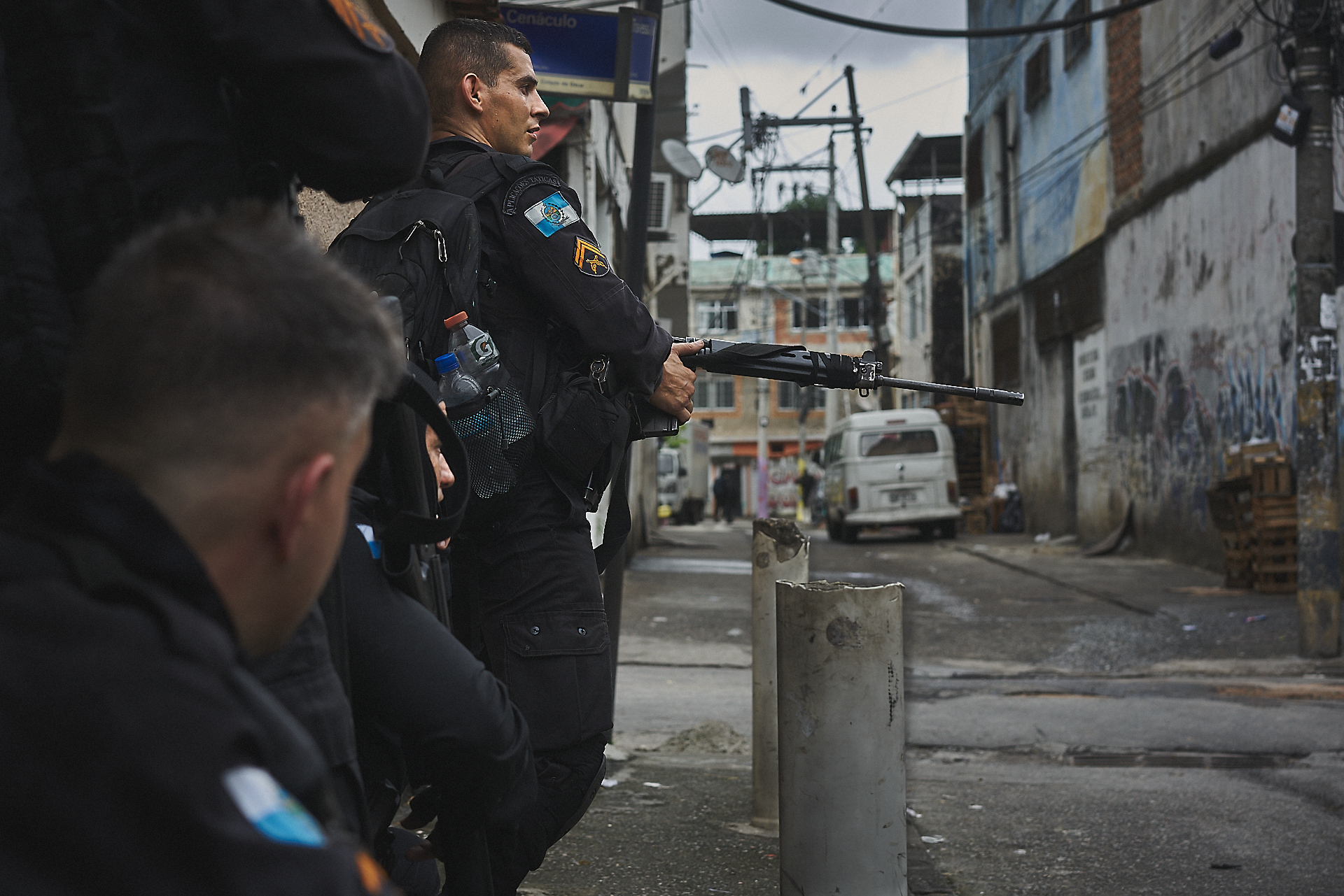 Police from the 18th Police Battalion operate in Cidade de Deus {Photo: C.H. Gardiner)