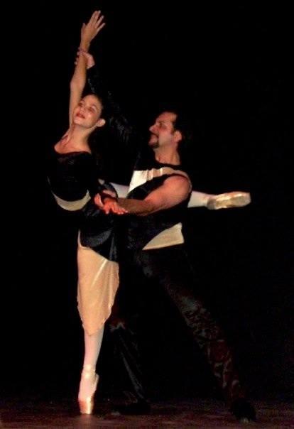 Aquí estoy, hace algunos años, junto a mi querido maestro Luis Iván Cordero (QEPD), quien me enseñó que bailar es sinónimo de amor, pasión y disciplina.