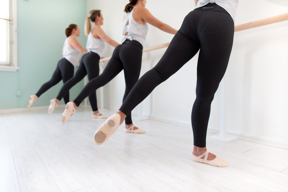 De manera amena podrás desarrollar fortaleza, aumentar tu flexibilidad y mejorar tu postura, entre tantas otras cosas.