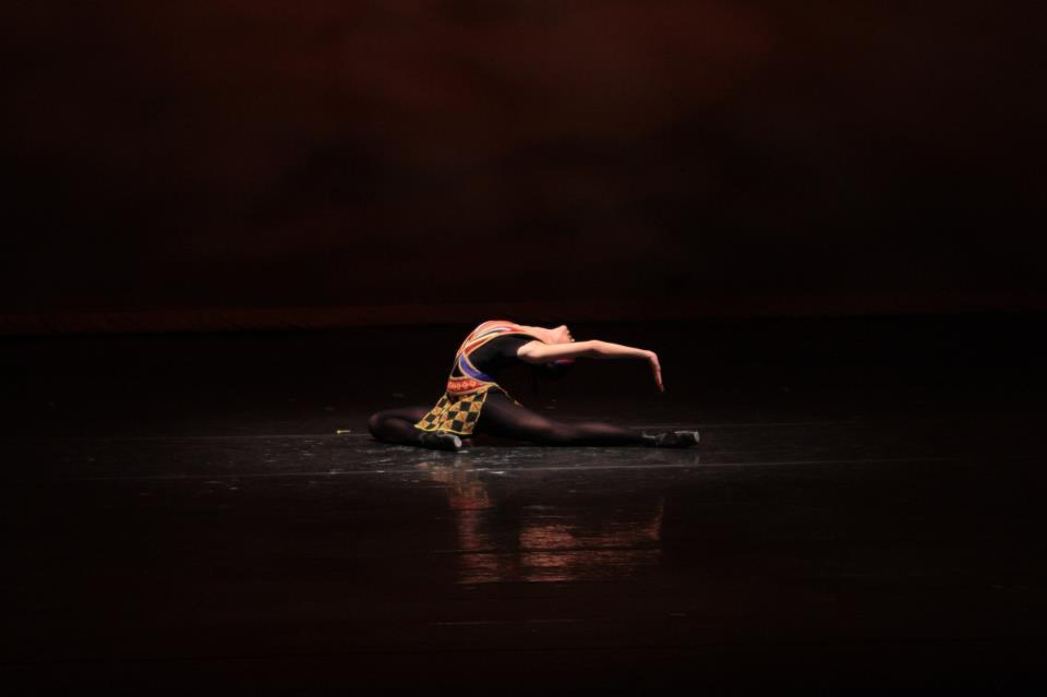 """Tatiana Rodríguez , directora de  Dance Lab , en el solo """"Alturas"""" - pieza coreografiada por María Julia Landa para las Competencias Internacionales de Ballet en Jackson, Mississippi en 1994- en """"Huellas de María Julia Landa"""" de Balleteatro Nacional de PR (2012). Foto por Julio Swayne del Caribe."""