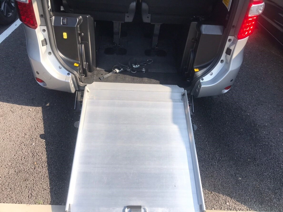 toyota-noah-ramp-wheelchair.jpg