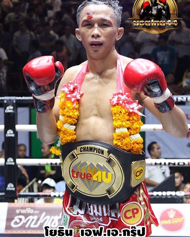Last night main event True4u at lumpinee! The fight went on through, Yothin's confidence and he did a better job at controlling anyway the end in draw! . . #yothinfagroup #fightlife #naksu #nakmuay #fighter #susu #lumpinee #muaythai #fagroup