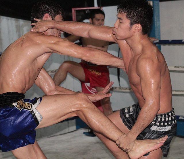 Dancing 🕺 @khun.james VS @broganstewartng . . #muaythai #muaykhao #knee #clinching #fagroup #infightstyle #fighter