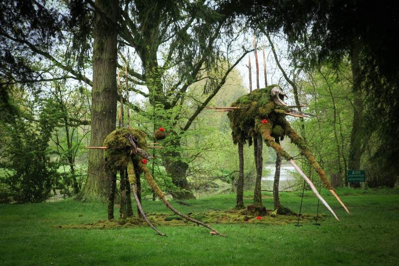"""For an exhibition at the """"Jardin des arts"""", Alain Bresson prepared two scultpures covered with moss and sprouting grains, which were regularly watered. Baptised Mamhutte and Pachymachabec, they stood 2 m and 5 m high respectively. (Image courtesy of Le Monde)"""