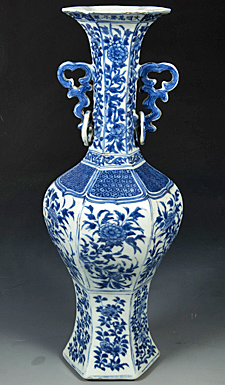 Ming period, Official kiln. Blue and white porcelain vase with flower design (Image courtesy of Nanjing Museum / Nomad Exhibitions