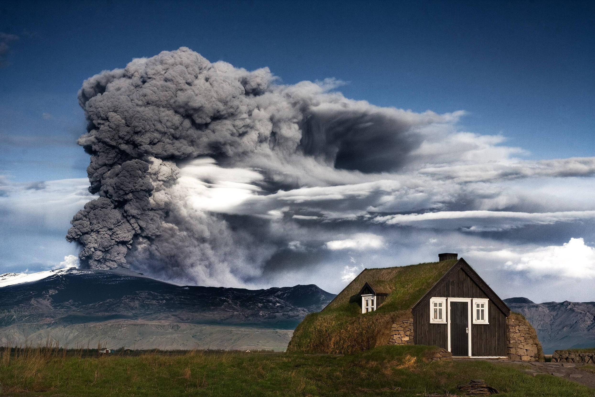 Icelandic volcano eruption, (Image courtesy of Imgur: The magic of the Internet)