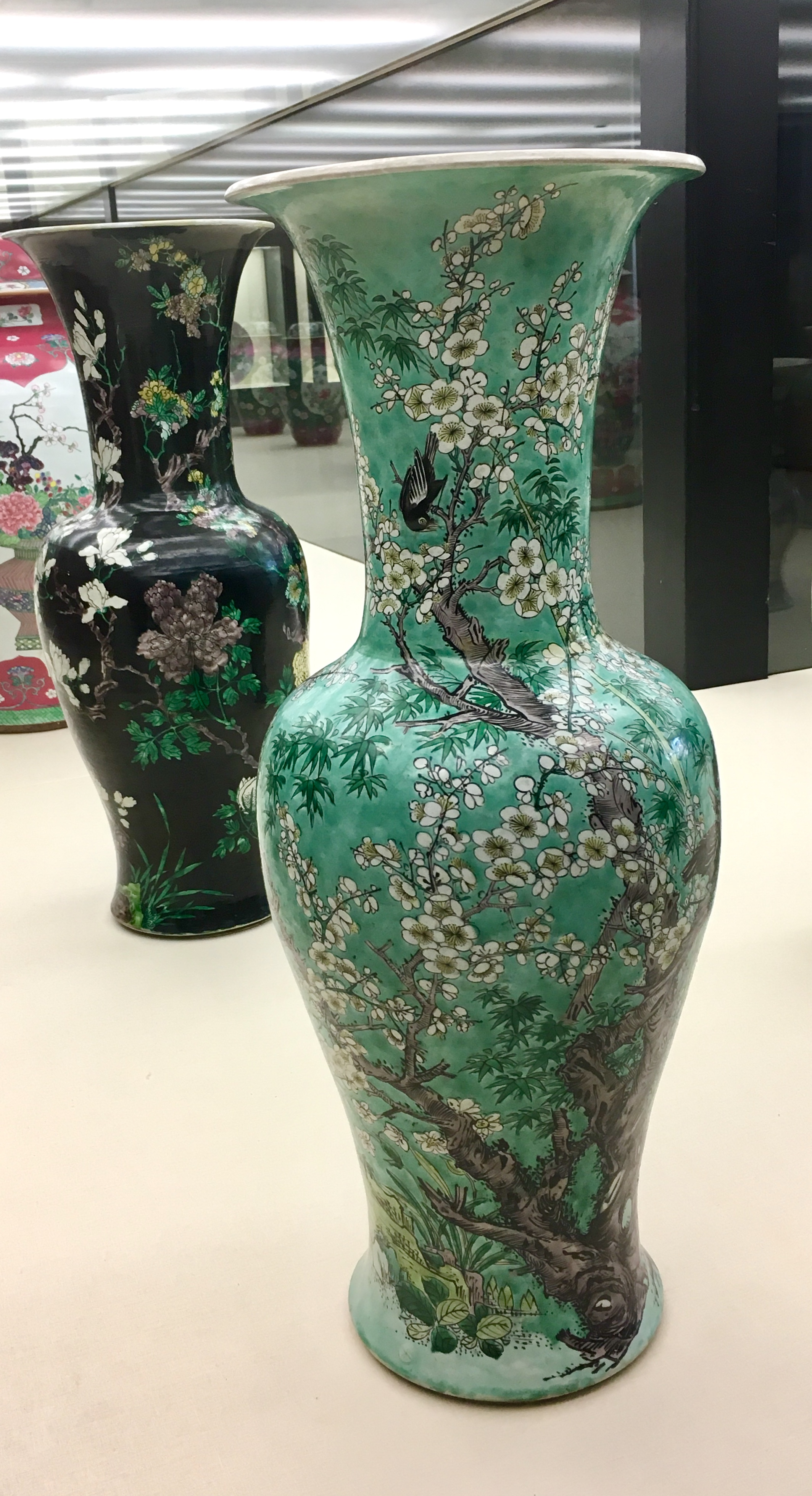 """A pair of Jars from early 18th century, China, Kangxi period, Qing dynasty. Porcelain with """"famille verte"""" enamels. In the Museu Calouste Gulbenkian, Lisboa. (Photograph J. Cook)"""