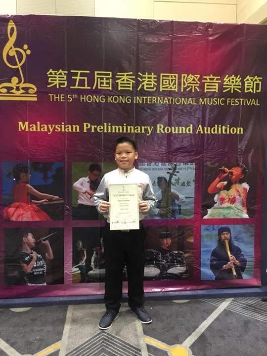 他在音乐节里赢得了奖项。