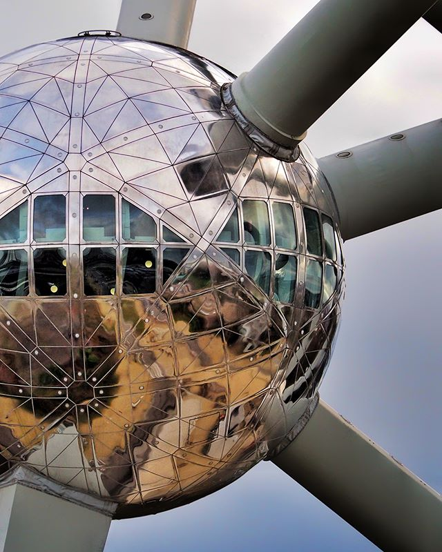 One can edit.  And one can over edit... @atomium.official #Brussels #Belgium #atomiumbrussels #christmasdecorations #modernarchitecture #baubles #biguns #shiny #christmas #dramaticsky #ominousclouds #shaftoflight #onreflection #alienfilter