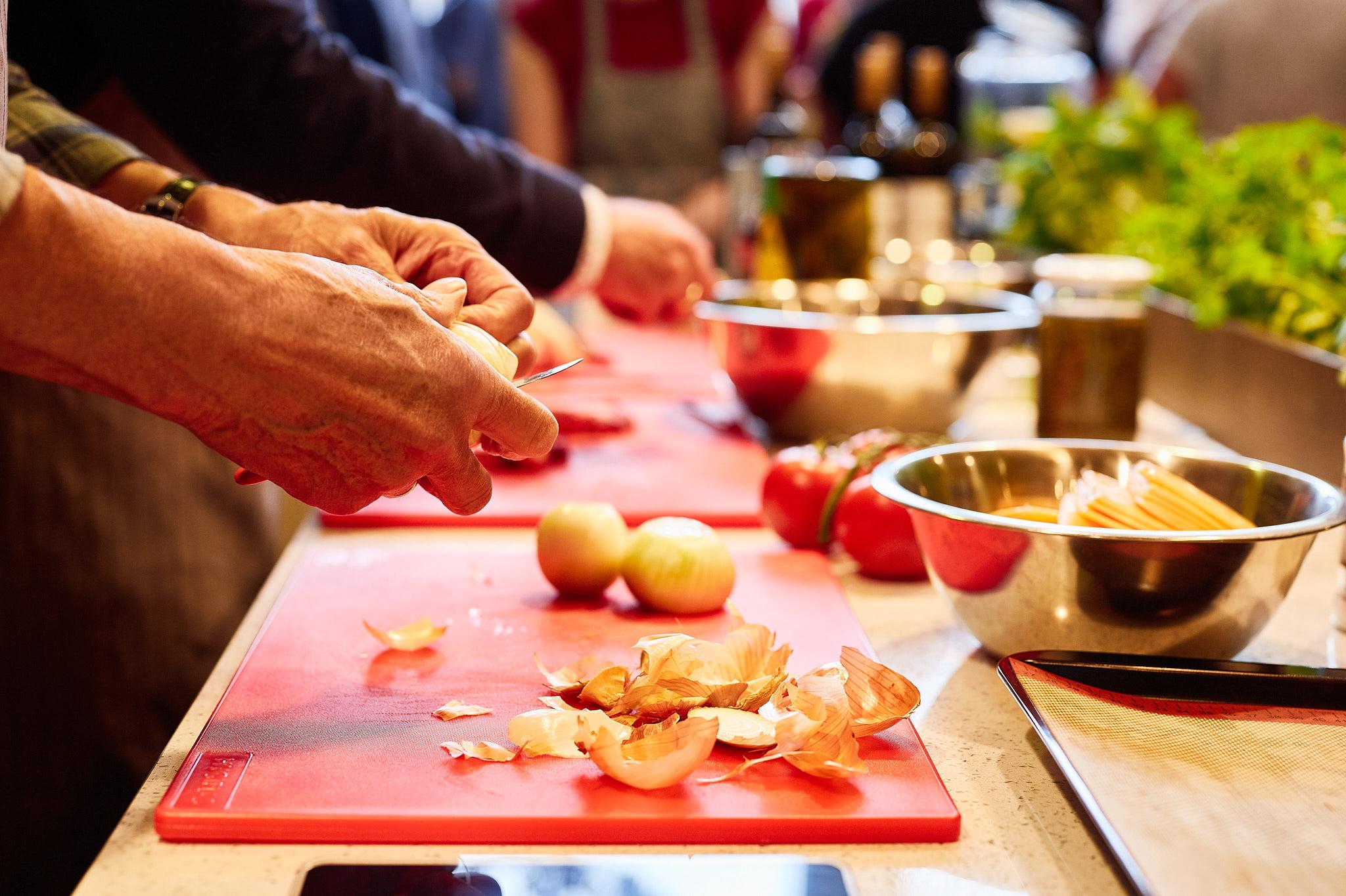 DATA EN KOSTEN - De cursus wordt gegeven op woensdagavond van 18:00 uur tot 21:00 uur.Woensdagen : 4, 18, 25 september en 2, 16 en 30 oktober (VOL!) De kosten bedragen € 285,- euro voor alle 6 lessen. Inbegrepen zijn alle ingrediënten en 2 drankjes tijdens het koken. Vooraf wat kleins eten wordt aangeraden.Minimaal 8 maximaal 12 deelnemers. Losse lessen kunnen niet worden gevolgd.Neem eigen doggybags mee voor de overgebleven gerechten!!