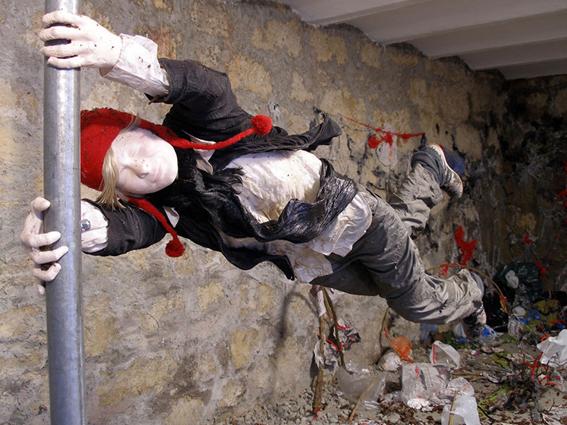 Never ending - 2009  installation / sculpture, structure métallique, bois, plastiques textiles  dimensions variables