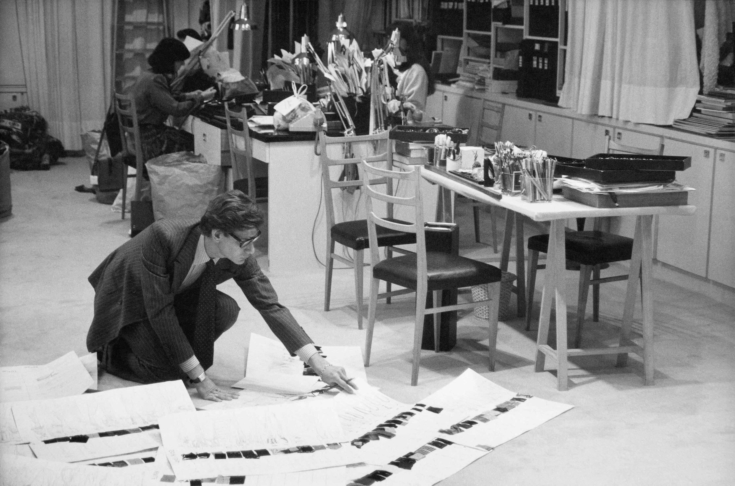 Credit: Yves Saint Laurent dans son studio, 1986 | ©DR