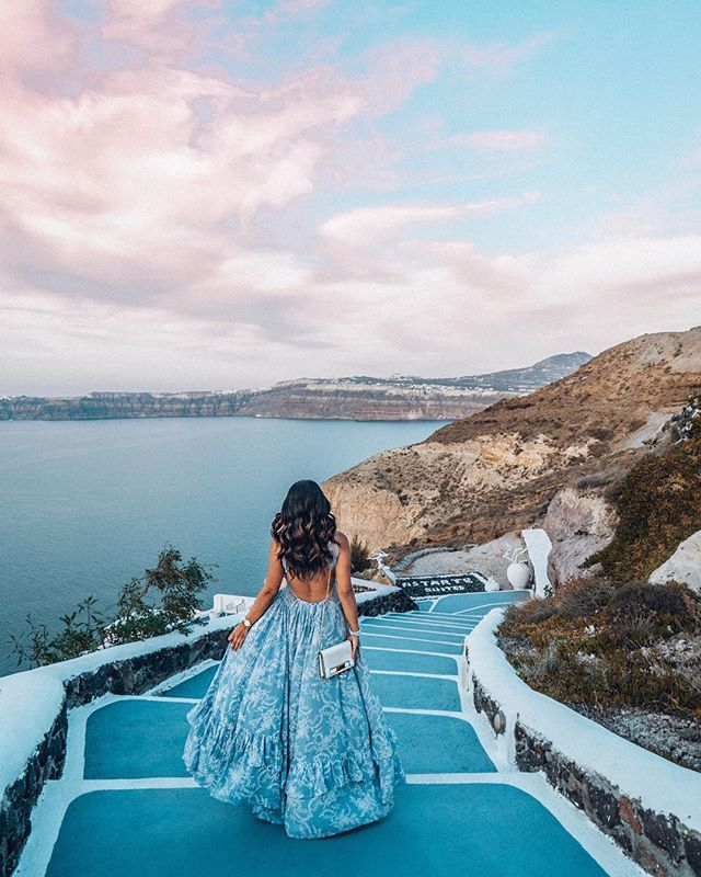Santorini, Greece. What's your favourite island in the world? 🏝 ⠀⠀⠀⠀⠀⠀⠀⠀⠀ Get up to £25/$30 off your next GoHype booking, now available on the App Store. Link in bio 👉 @gohypetravel ⠀⠀⠀⠀⠀⠀⠀⠀⠀ Photo courtesy of @thedesertcarnation #gohypetravel #santorini #oia #greekislands #santorinigreece #cyclades #visitgreece #instagreece