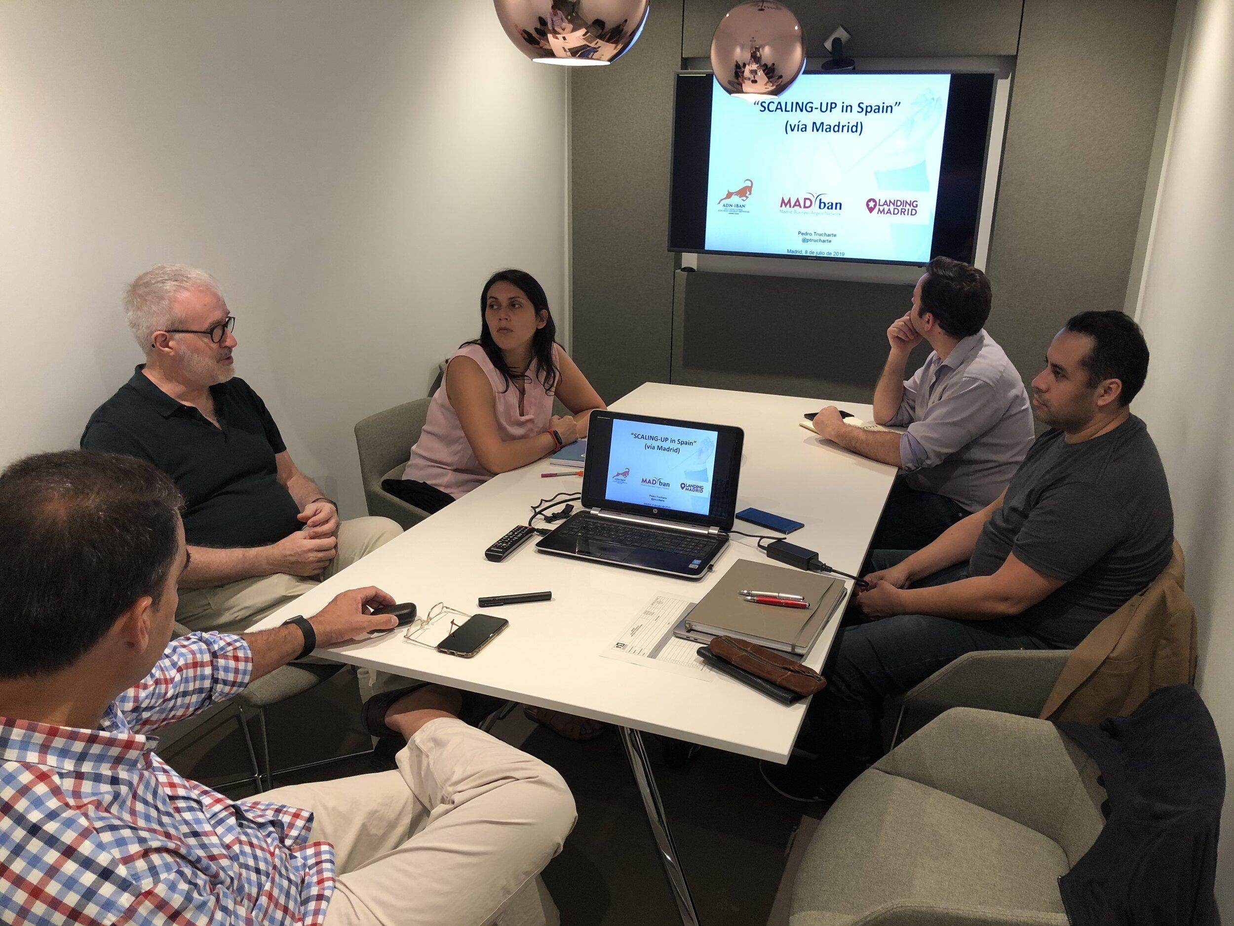 Los mentores Javier Criado y Pedro Trucharte, en una sesión de formación previa al inicio de una semana de agenda comercial con los participantes del viaje a Madrid Julio 2019.